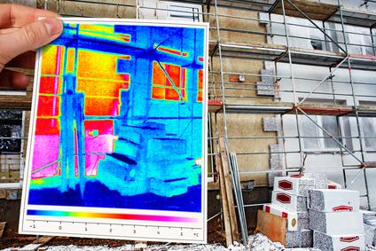 Wärmebild, Thermografie eines Hauses, auf der Baustelle mit Energieberater